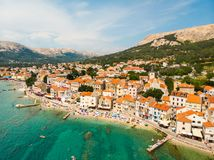 Εναέρια πανοραμική άποψη της πόλης Baska, δημοφιλής τουριστικός προορισμός σχετικά με το νησί Krk, Κροατία, Ευρώπη στοκ εικόνες