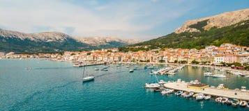 Εναέρια πανοραμική άποψη της πόλης Baska, δημοφιλής τουριστικός προορισμός σχετικά με το νησί Krk, Κροατία, Ευρώπη στοκ εικόνα με δικαίωμα ελεύθερης χρήσης