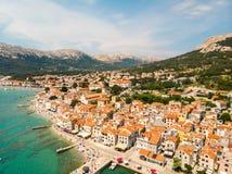 Εναέρια πανοραμική άποψη της πόλης Baska, δημοφιλής τουριστικός προορισμός σχετικά με το νησί Krk, Κροατία, Ευρώπη στοκ φωτογραφίες με δικαίωμα ελεύθερης χρήσης