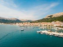Εναέρια πανοραμική άποψη της πόλης Baska, δημοφιλής τουριστικός προορισμός σχετικά με το νησί Krk, Κροατία, Ευρώπη στοκ εικόνες με δικαίωμα ελεύθερης χρήσης