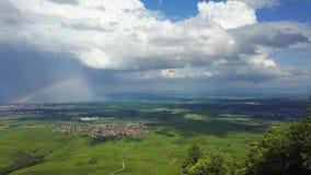 Εναέρια πανοραμική άποψη του ουράνιου τόξου πέρα από την πράσινη κοιλάδα, Αλσατία απόθεμα βίντεο