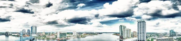 Εναέρια πανοραμική άποψη του Τζάκσονβιλ στο σούρουπο, Φλώριδα στοκ φωτογραφία με δικαίωμα ελεύθερης χρήσης
