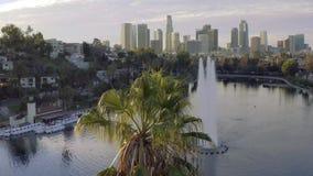 Εναέρια πανοραμική άποψη του Silver Lake και του στο κέντρο της πόλης Λος Άντζελες σε ένα όμορφο πρωί φιλμ μικρού μήκους