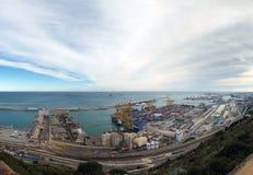 Εναέρια πανοραμική άποψη των αποβαθρών και του λιμανιού της Βαρκελώνης με τα μεταφορικά κιβώτια που φορτώνονται, τα σιλό σιταριού Στοκ φωτογραφία με δικαίωμα ελεύθερης χρήσης
