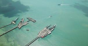 Εναέρια πανοραμική άποψη Koh της αποβάθρας Samui με τις βάρκες και τα σκάφη άφιξης απόθεμα βίντεο