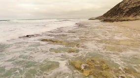 Εναέρια παραλία και κύματα άποψης απόθεμα βίντεο
