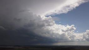 Εναέρια πλησιάζοντας πόλη καταιγίδας ερευνών, κακός μπροστινός παρουσιασμένος σκληρός καιρός απόθεμα βίντεο