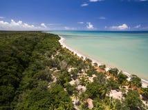 Εναέρια πράσινη θάλασσα άποψης σε μια βραζιλιάνα ακτή παραλιών μια ηλιόλουστη ημέρα σε Cumuruxatiba, Bahia, Βραζιλία Το Φεβρουάρι στοκ εικόνες