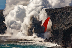 Εναέρια πρωινή άποψη της κορυφής διαμορφωμένης της καταρράκτης ροής της κόκκινης λάβας από το ηφαίστειο στη Χαβάη που εκρήγνυται  Στοκ Εικόνες