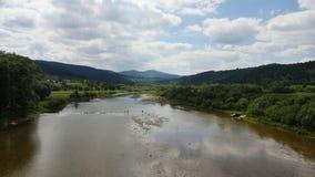 Εναέρια πτήση επάνω από τον ποταμό βουνών φιλμ μικρού μήκους