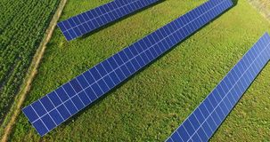 Εναέρια πτήση επάνω από τον τομέα ηλιακών πλαισίων στην ηλιόλουστη ημέρα απόθεμα βίντεο