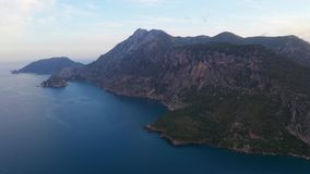 Εναέρια πυροβοληθείσα πτήση επάνω από το δάσος βουνών στην περιοχή Μαύρης Θάλασσας της Τουρκίας Βουνό Nebiyan φιλμ μικρού μήκους