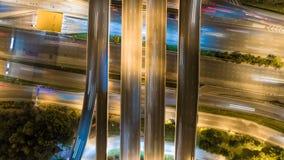 Εναέρια πυροβοληθείσα τοπ άποψη της κυκλοφορίας στην ανταλλαγή αυτοκινητόδρομων τη νύχτα υπόβαθρο χρονικού σφάλματος 4K UHD φιλμ μικρού μήκους