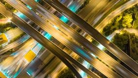 Εναέρια πυροβοληθείσα τοπ άποψη της κυκλοφορίας στην ανταλλαγή αυτοκινητόδρομων τη νύχτα υπόβαθρο χρονικού σφάλματος 4K UHD απόθεμα βίντεο