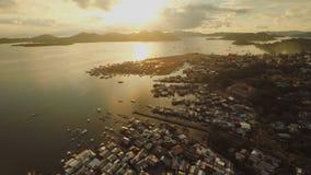 Εναέρια πόλη Coron άποψης με τις τρώγλες και τη φτωχή περιοχή PALAWAN Νησί Busuanga Χρόνος και ηλιοβασίλεμα βραδιού φιλμ μικρού μήκους