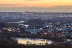 Εναέρια πόλη Ivano Frankivsk άποψης βραδιού, Ουκρανία Θαυμάσιο ηλιοβασίλεμα μεγάλο σε sity Διακινούμενο υπόβαθρο έννοιας Στοκ Εικόνες