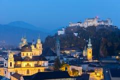 Εναέρια πόλη άποψης του Σάλτζμπουργκ με Hohensalzburg στο σούρουπο, Σάλτζμπουργκ Αυστρία Στοκ Φωτογραφία