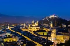Εναέρια πόλη άποψης του Σάλτζμπουργκ με Hohensalzburg στο σούρουπο, Σάλτζμπουργκ Αυστρία Στοκ Φωτογραφίες