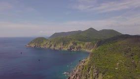 Εναέρια σκάφη άποψης που πλέουν στην μπλε θάλασσα και το πράσινο τοπίο βουνών Πλέοντας σκάφη άποψης κηφήνων στη θάλασσα και το δύ απόθεμα βίντεο
