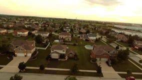 Εναέρια σπίτια άποψης στην κατοικημένη προαστιακή γειτονιά με το τοπίο και τις στέγες κατωφλιών