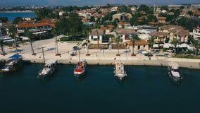 Εναέρια τηλεοπτική άποψη ταξιδιού της παλαιάς πόλης με το γιοτ και των βαρκών στη μαρίνα μπροστά από το Προκυμαία, ωκεάνιος λιμέν φιλμ μικρού μήκους