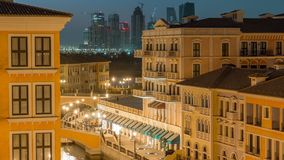 Εναέρια τοπ άποψη καναλιών σε Βενετία-ομοειδές Qanat Quartier του περιβόλου μαργαριταριών της ημέρας Doha στη νύχτα timelapse, Κα φιλμ μικρού μήκους