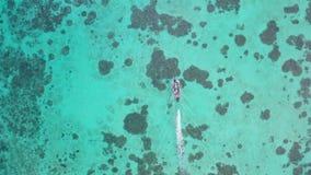 Εναέρια τοπ άποψη της βάρκας πέρα από το καταπληκτικό κρύσταλλο - σαφές θαλάσσιο νερό φιλμ μικρού μήκους