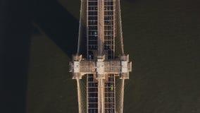 Εναέρια τοπ άποψη της γέφυρας του Μπρούκλιν στη Νέα Υόρκη, Αμερική Κηφήνας που πετά επάνω πέρα από το δρόμο ανατολικών ποταμών κα φιλμ μικρού μήκους
