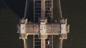 Εναέρια τοπ άποψη της γέφυρας του Μπρούκλιν στη Νέα Υόρκη, Αμερική Κηφήνας που πετά πέρα από το δρόμο ανατολικών ποταμών και κυκλ απόθεμα βίντεο