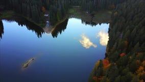 Εναέρια τοπ άποψη της λίμνης φιλμ μικρού μήκους