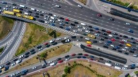 Εναέρια τοπ άποψη της οδικής σύνδεσης άνωθεν, της αυτοκινητικών κυκλοφορίας και της μαρμελάδας των αυτοκινήτων, έννοια μεταφορών Στοκ φωτογραφία με δικαίωμα ελεύθερης χρήσης