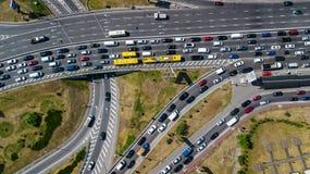 Εναέρια τοπ άποψη της οδικής σύνδεσης άνωθεν, της αυτοκινητικών κυκλοφορίας και της μαρμελάδας των αυτοκινήτων, έννοια μεταφορών Στοκ Εικόνες