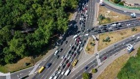Εναέρια τοπ άποψη της οδικής σύνδεσης άνωθεν, της αυτοκινητικών κυκλοφορίας και της μαρμελάδας των αυτοκινήτων, έννοια μεταφορών Στοκ εικόνα με δικαίωμα ελεύθερης χρήσης