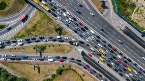 Εναέρια τοπ άποψη της οδικής σύνδεσης άνωθεν, της αυτοκινητικών κυκλοφορίας και της μαρμελάδας των αυτοκινήτων, έννοια μεταφορών Στοκ Εικόνα