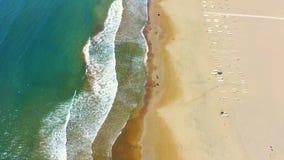 Εναέρια τοπ άποψη της παραλίας στη Μεσόγειο Ο οβελός Iztuzu μοιράζεται τη θάλασσα και τον ποταμό Dalyan Οι άνθρωποι περπατούν απόθεμα βίντεο