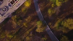 Εναέρια τοπ άποψη του πάρκου πόλεων με τους ανθρώπους που περπατούν στα πεζοδρόμια απόθεμα βίντεο