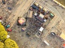 Εναέρια τοπ άποψη του πλήθους των ανθρώπων που στέκονται κοντά στη σκηνή στη συναυλία τη θερινή ημέρα στοκ εικόνες με δικαίωμα ελεύθερης χρήσης