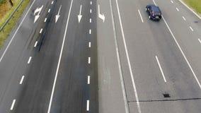 Εναέρια τοπ άποψη του υγρού αυτοκινητόδρομου Κινούμενα αυτοκίνητα σε έναν υγρό δρόμο, που πυροβολεί από ένα dron Εναέριο τοπίο απόθεμα βίντεο