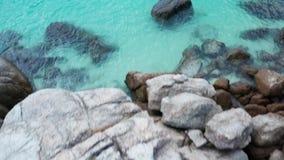 Εναέρια τοπ άποψη των βράχων με το κρύσταλλο - σαφής θάλασσα λιμνοθαλασσών φιλμ μικρού μήκους