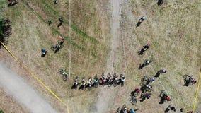 Εναέρια τοπ άποψη των ισχυρών αναβατών ποδηλάτων βουνών που είναι έτοιμοι για την έναρξη της φυλής φιλμ μικρού μήκους