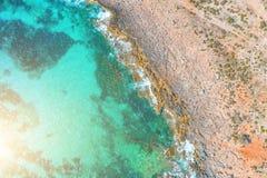 Εναέρια τοπ άποψη των κυμάτων θάλασσας που χτυπούν τους βράχους στην παραλία στοκ φωτογραφία με δικαίωμα ελεύθερης χρήσης