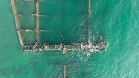 Εναέρια τοπ άποψη των υπολειμμάτων ενός παλαιού σκάφους μετάλλων στα  απόθεμα βίντεο
