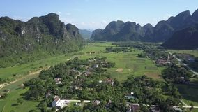 Εναέρια του χωριού σπίτια άποψης μεταξύ των δέντρων στην πράσινη κοιλάδα απόθεμα βίντεο