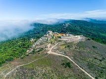 Εναέρια υψηλή ομίχλη άποψης κοντά σε Santuario DA Peninha Στοκ Φωτογραφίες