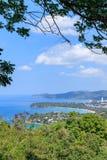 Εναέρια φυσική άποψη πέρα από όμορφη θάλασσα Andaman και 3 κόλπους στην άποψη Karon, Phuket, Ταϊλάνδη στοκ φωτογραφίες
