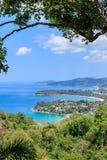 Εναέρια φυσική άποψη πέρα από όμορφη θάλασσα Andaman και 3 κόλπους στην άποψη Karon, Phuket, Ταϊλάνδη στοκ φωτογραφίες με δικαίωμα ελεύθερης χρήσης