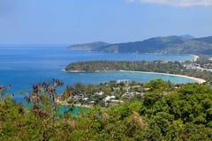 Εναέρια φυσική άποψη πέρα από όμορφη θάλασσα Andaman και 3 κόλπους στην άποψη Karon, Phuket, Ταϊλάνδη στοκ εικόνες
