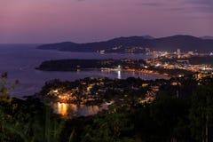Εναέρια φυσική άποψη πέρα από όμορφη θάλασσα Andaman και 3 κόλπους στην άποψη Karon, Phuket, Ταϊλάνδη στοκ εικόνες με δικαίωμα ελεύθερης χρήσης