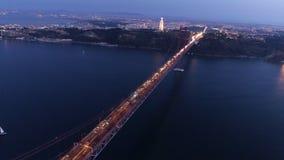 Εναέρια φωτισμένη μήκος σε πόδηα γέφυρα στις 25 Απριλίου στο λυκόφως φιλμ μικρού μήκους