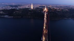 Εναέρια φωτισμένη μήκος σε πόδηα γέφυρα στις 25 Απριλίου στο λυκόφως απόθεμα βίντεο